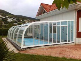 Cubierta de piscina adosada blanca